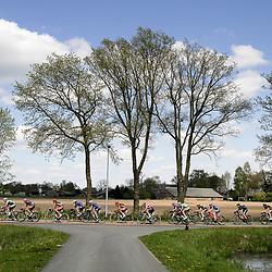 02-05-2015: Wielrennen: Ronde van Overijssel mannen: Rijssen  <br />RIJSSEN (NED) wielrennen:  De 63e ronde van Overijssel heeft als zwaarte punt de heuveltjes rond Ootmarsum en de Sallandse heuvelrug. Net als in de ronde van Vlaanderen kent men in Overijssel het dorp van de ronde. In 2015 is de eer aan Markelo.<br />Het ophol geslagen peloton in de buurt van het buurtschap Hancate