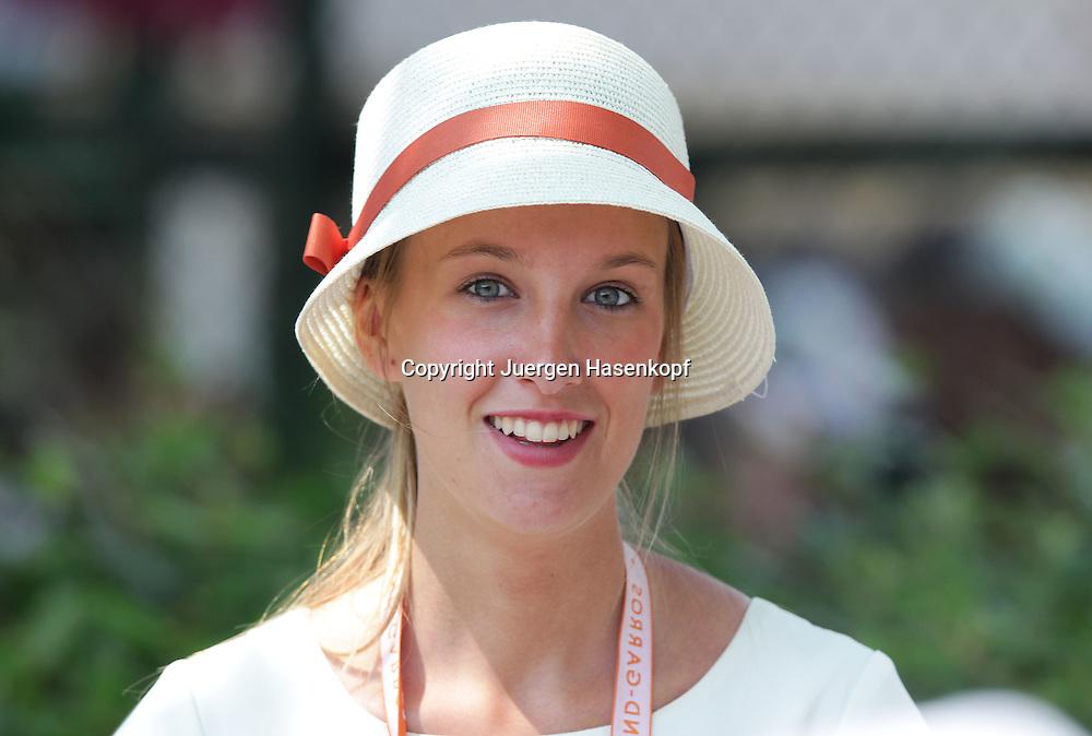 French Open 2011, Roland Garros,Paris,ITF Grand Slam Tennis Tournament,.huebsche Ordnerin mit Hut am Eingang zur VIP Loge,Portrait,.Einzelbild,Halbkoerper,elegant,Feature,