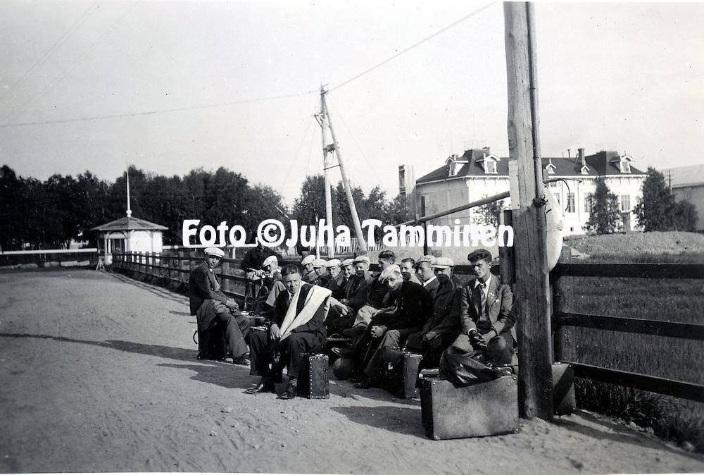 HJK:n &amp; maajoukkueen pelaaja Armas Pyyn albumi. <br /> Kuva vuodelta 1935.