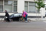 Een groep gaat met de step door Rotterdam.<br /> <br /> A group is travelling by footbike.