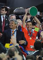 FUSSBALL     UEFA CUP  FINALE  SAISON 2008/2009 Shakhtar Donetsk - SV Werder Bremen 20.05.2009 Mircea Lucescu (Trainer Shakhtar links), und Darijo Srna (rechts) jubeln mit dem UEFA Pokal