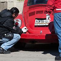 San Mateo Atenco, Mexico.- El cuerpo de un joven asesinado, aparentemente a balazos, fue localizado a bordo de un automovil compacto en el barrio de la Concepcion; peritos de la procuraduria recaban evidencias en el lugar. Agencia MVT / Mario Vazquez de la Torre.