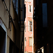 The narrow alleyways of Venice near Piazza San Marco. Venice, Italy. 1st May 2011. Photo Tim Clayton