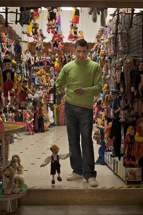 31/Enero/2008 República Checa. Praga.Vendedor de marionetas típicas de Praga..©JOAN COSTA