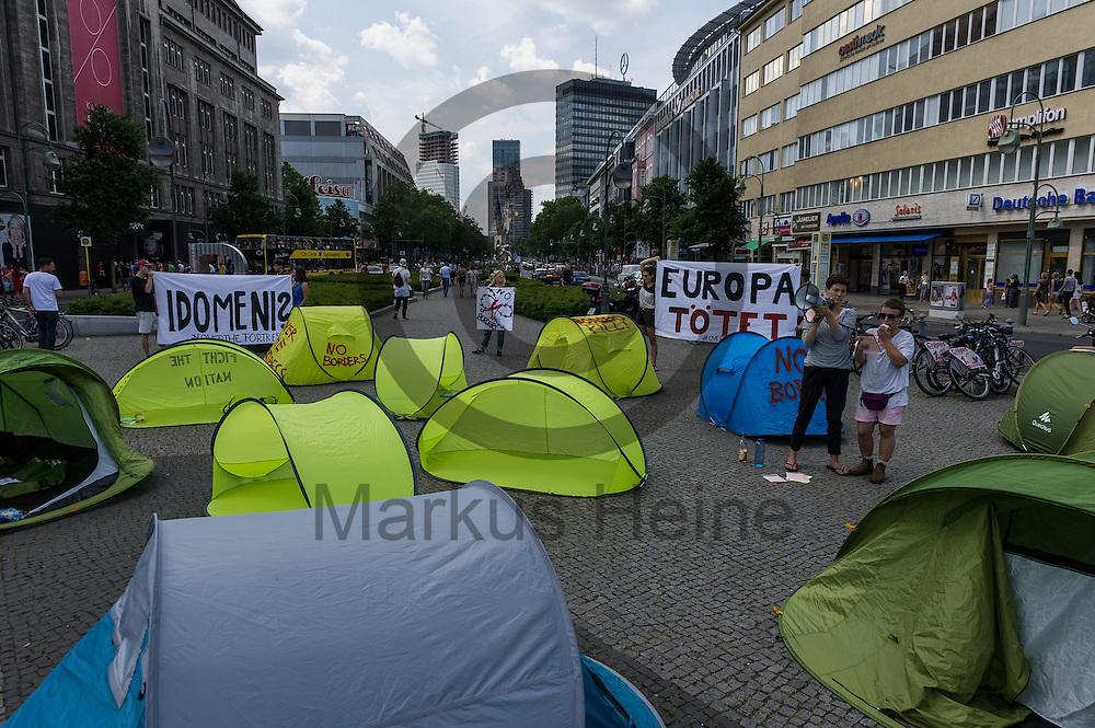 Wurzelte stehen w&auml;hrend eines Flashmobs zur R&auml;umung von Idomeni am 04.06.2016 in Berlin, Deutschland auf dem Wittenbergplatz. Ca 20 Aktivisten bauten auf dem Wittenbergplatz Wurfzelte auf um gegen die R&auml;umung und die Umsiedlung von Fl&uuml;chtlingen aus dem Camp an der griechisch-mazedonischen Grenze zu demonstrieren. Foto: Markus Heine / heineimaging<br /> <br /> ------------------------------<br /> <br /> Ver&ouml;ffentlichung nur mit Fotografennennung, sowie gegen Honorar und Belegexemplar.<br /> <br /> Bankverbindung:<br /> IBAN: DE65660908000004437497<br /> BIC CODE: GENODE61BBB<br /> Badische Beamten Bank Karlsruhe<br /> <br /> USt-IdNr: DE291853306<br /> <br /> Please note:<br /> All rights reserved! Don't publish without copyright!<br /> <br /> Stand: 06.2016<br /> <br /> ------------------------------w&auml;hrend Flachmobs zur R&auml;umung von Idomeni am 04.06.2016 in Berlin, Deutschland. Ca 20 Aktivisten bauten auf dem Wittenbergplatz Wurfzelte auf um gegen die R&auml;umung und die Umsiedlung von Fl&uuml;chtlingen aus dem Camp an der griechisch-mazedonischen Grenze zu demonstrieren. Foto: Markus Heine / heineimaging<br /> <br /> ------------------------------<br /> <br /> Ver&ouml;ffentlichung nur mit Fotografennennung, sowie gegen Honorar und Belegexemplar.<br /> <br /> Bankverbindung:<br /> IBAN: DE65660908000004437497<br /> BIC CODE: GENODE61BBB<br /> Badische Beamten Bank Karlsruhe<br /> <br /> USt-IdNr: DE291853306<br /> <br /> Please note:<br /> All rights reserved! Don't publish without copyright!<br /> <br /> Stand: 06.2016<br /> <br /> ------------------------------
