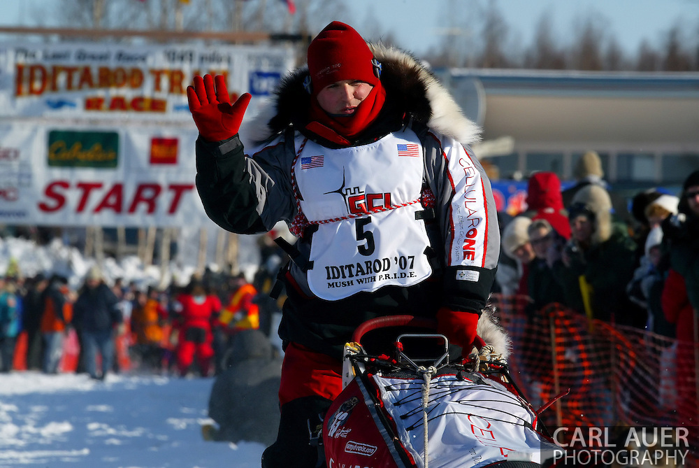 3/4/2007:  Willow, Alaska -  Veteran Ramy Brooks of Healy, AK gives a final wave to the fans who came to Alaska from around the world to see the start of the 35th Iditarod Sled Dog Race
