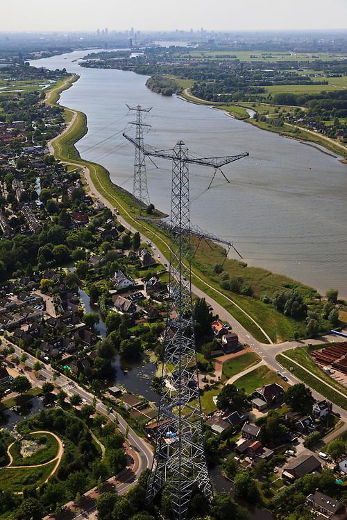Nederland, Zuid-Holland, Nieuw-Lekkerland 23-05-2011; monumentale hoogspanningsmasten naast rivier de Lek.Monumental high voltage pylons beside the River Lek. luchtfoto (toeslag), aerial photo (additional fee required).copyright foto/photo Siebe Swart