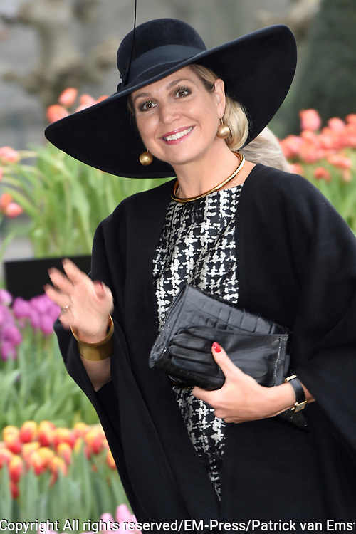 Koningin Maxima bij de uitreiking van de Tuinbouw Ondernemersprijs 2016 in het Oranje Nassau Paviljoen in de Keukenhof <br /> <br /> Queen Maxima at the presentation of the Horticultural Entrepreneur Award 2016 in the Oranje Nassau Pavilion at the Keukenhof<br /> <br /> Op de foto: Aankomst Koningin Maxima