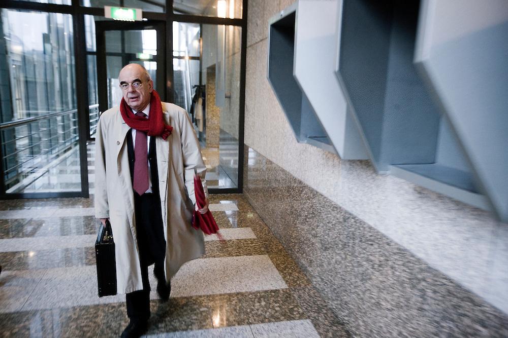 Nederland. Den Haag, 6 december 2007.<br /> Aanvullende hoorzitting over de militaire, humanitaire en politieke omstandigheden in Uruzgan georganiseerd door de fracties van SP en GroenLinks.<br /> Jan pronk op weg naar de commissie.<br /> Foto Martijn Beekman <br /> NIET VOOR TROUW, AD, TELEGRAAF, NRC EN HET PAROOL<br /> Foto Martijn Beekman <br /> NIET VOOR TROUW, AD, TELEGRAAF, NRC EN HET PAROOL