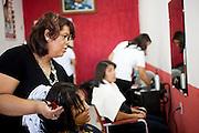 Belo Horizonte_MG, 18 de fevereiro de 2011. .PEGN / Mulheres Empreendedoras..Documentacao do Projeto 10.000 Mulheres do Banco Goldman Sachs teve inicio em 2008 e preve, em 5 anos, investir U$ 100 milhoes na formacao de mulheres empreendedoras de paises em desenvolvimento. No Brasil, a Fundacao Dom Cabral e a responsavel pelo projeto e, 500 mulheres, donas de micro e pequenos negocios foram escolhidas para o programa de gestao empresarial e estruturacao de um plano de negocios. A documentacao fotografica e feita com 5 mulheres que participa do curso em Belo Horizonte...Na foto, cotidiano de Rosangela das Gracas Costa Matos, em seu Instituto de Beleza Zaza...Contato:..Rosangela.(31) 3434 7656.zazacostamatos@hotmail.com..Foto: NIDIN SANCHES / NITRO