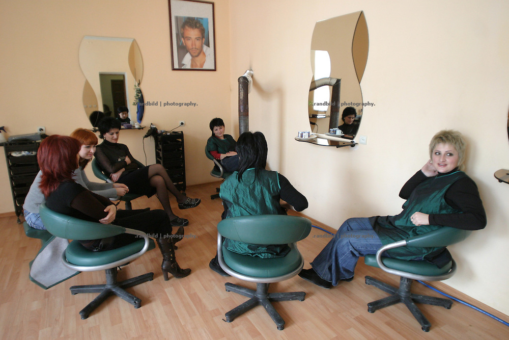 "Friseursalon in Zchinvali - Friseurinnen ohne Arbeit. Südossetien erklärte sich 1990 selbsständig und konnte den folgenden Sezessionskrieg gegen die Georgier für sich entscheiden. Zwischen Georgien und der abtrünnigen Region, die den Anschluß an die Russische Förderation fordert, kommt es trotz des Waffenstillstandsabkommens von 1992 immer wieder zu bewaffneten Ausseinandersetzungen. (Hairdressers salon - Hairdressers without clients. South Ossetia is a de facto independent republic located within the internationally recognized borders of Georgia. Although this former Soviet autonomous region has declared its independence in 1990. After the following civil war between georgians and ossetians ends in 1992, most parts of the territory is ossetian controlled, while some villages with georgian population are administrated by an georgian ""Alternative Government"".)"