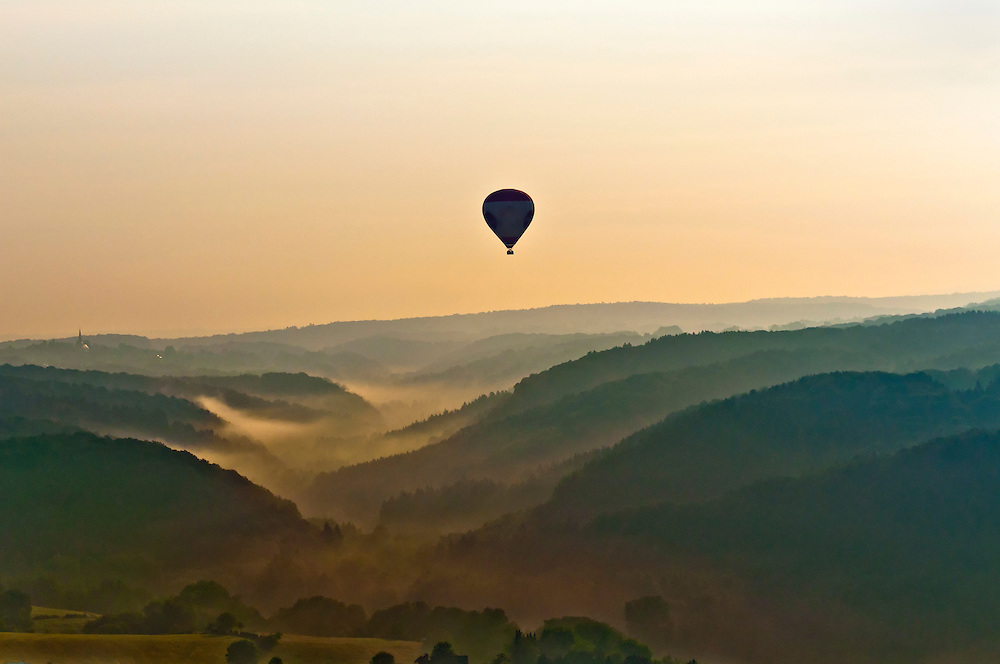 DEU,Deutschland,Grenzgebiet Nordrhein-Westfalen und Rheinland-Pfalz, morgendliche Ballonfahrt über das Gebiet des Westerwalds   |  ballon ride from Bonn towards the mountains of the Westerwald