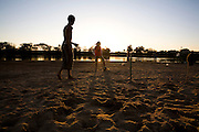 Ibiai_MG, Brasil...Rio Sao Francisco, o rio da integracao nacional. Na foto, criancas jogando futebol proximo ao rio...The Sao Francisco river, It is an important river for Brazil, called the river of national integration. In this photo, the children playing soccer...Foto: LEO DRUMOND / NITRO