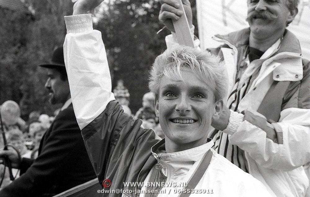 NLD/Soest/19881103 - Monique Knol word geÎerd in Soest