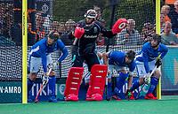 BLOEMENDAAL - keeper David Harte (Kampong)  met Jip Janssen (Kampong) , Sander de Wijn (Kampong) , Lars Balk (Kampong) bij een strafcorner, verdediging, beschermers, bescherming,   tijdens   de derde en beslissende finale van de play-offs om de Nederlandse titel. Bloemendaal-Kampong (2-0). Bloemendaal is landskampioen.    COPYRIGHT  KOEN SUYK