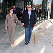 NLD/Hilversum/20070817 - Straten rond het Mediapark Hilversum vernoemd, Mies Bouwman en partner Leen Timp hand in hand lopend