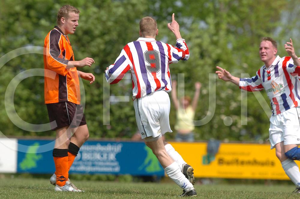 060513, dedemsvaart, ned,<br /> Voetbalwedstrijd Avereest tegen SVV,<br /> Door de ruime zege van 4-0 is Avereest kampioen geworden seizoen 2005-2006 en zal het promoveren,<br /> Juichen was er bij de nummer 9 Erik Mostert na zijn goal,<br /> fotografie frank uijlenbroek&copy;2006 michiel van de velde