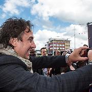 NLD/Ede/20140615 - Premiere film Heksen bestaan niet, Marco Borsato maakt een foto
