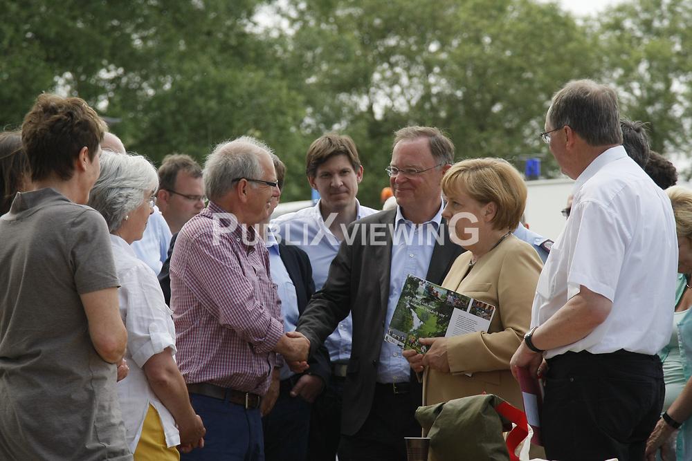 Bundeskanzlerin Angela Merkel und Niedersachsens Ministerpr&auml;sident Stephan Weil besuchen Hitzacker w&auml;hrend des Elbhochwassers 2013 in L&uuml;chow-Dannenberg. Hier im Gespr&auml;ch mit Hitzackers Museumsdirektor Klaus Lehmann<br /> <br /> Ort: Hitzacker<br /> Copyright: Karin Behr<br /> Quelle: PubliXviewinG