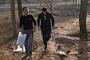 Member of the brigade Liwa Al-Tawhid, wounded during combats with ISIS in Aleppo, crosses illegally the border near Kilis between Syria and Turkey, aided by smugglers and a comrade. He is to be taken care off by the Tawhid Medical Foundation based in Gaziantep and Kilis, Turkey where he will receive medical care in Turkish hospital. He will recover in a secret apartment of the Liwa Al-Tawhid brigade before returning to Syria. His brigade, the Liwa al-Tawhid, is one of most famous in Aleppo and counts 12,000 fighters and organizes its own medical services (Tawhid Medical Foundation) in Turkey. <br /> <br /> Combattant blessé par EIIL à Alep, membre du brigade Liwa Al-Tawhid, traverse illégalement la frontière entre la Syrie et la Turquie à Kilis, aidé par des passeurs et un camarade de combat. Il va être pris en charge par le Tawhid Medical Foundation a Gaziantep en a Kilis, Turquie. Il recevra des soins dans un hôpital Turque ou des traducteurs sont à sa disposition pour parler avec le personnel Turque. Ensuite il récupéra dans un appartement secret du brigade avant de repartir en Syrie. Liwa Al-Tawhid a organisé son propre service médical (Tawhid Medical Foundation) en Turquie.