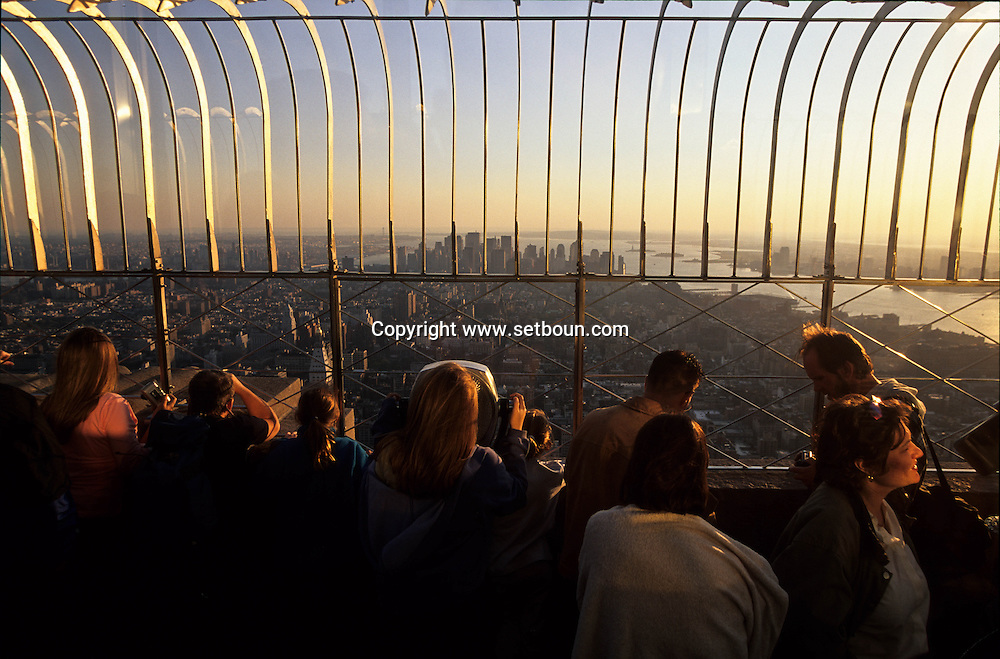 New York . elevated view  on Manhattan cityscape.. the empire state building terrace. /  Manhattan les tours jumelles du world trade center et L'Hudson river. vue depuis la terasse de l'empire state building.