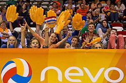 08-06-2012 VOLLEYBAL: EUROPEAN LEAGUE NEDERLAND - GRIEKENLAND: ALMERE<br /> Publiek support fans oranje<br /> ©2012-FotoHoogendoorn.nl / Peter Schalk