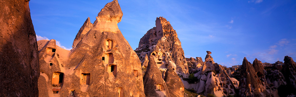 TURKEY, ANATOLIA, CAPPADOCIA Uchisar village and castle on rock