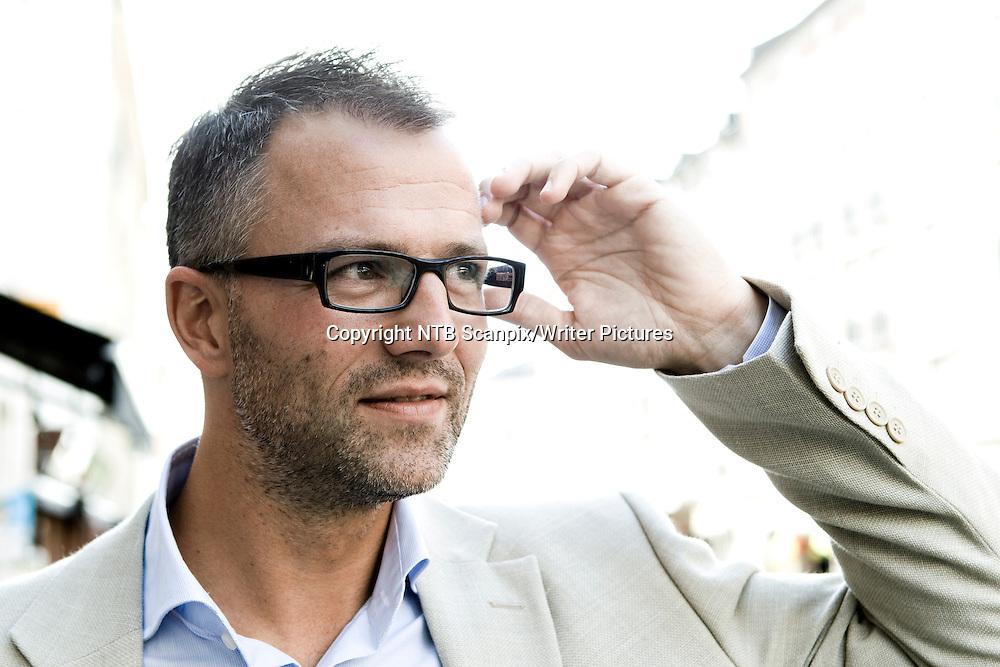 Oslo  20110825.<br /> Forfatter Thomas Enger er klart for lansering av den andre boka i krimserien om Henning Juul.   Debutkrimmen &quot;Skinnd&macr;d&quot; fikk stor suksess og ble solgt til 16 land, inkludert USA og England. <br /> Foto: Berit Roald / Scanpix<br /> <br /> NTB Scanpix/Writer Pictures<br /> <br /> WORLD RIGHTS, DIRECT SALES ONLY, NO AGENCY