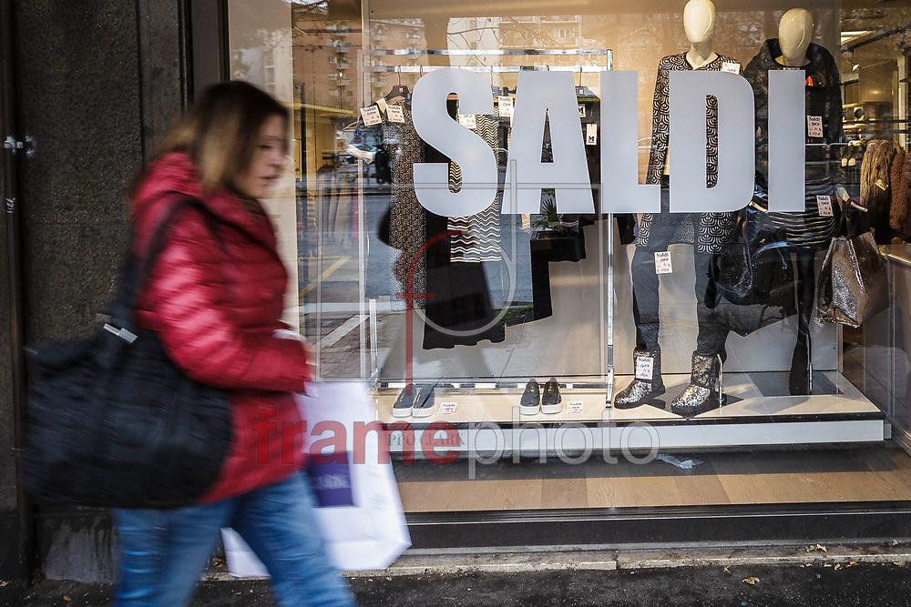 *BRAZIL ONLY* ATENÇÃO EDITOR, FOTO EMBARGADA PARA VEÍCULOS INTERNACIONAIS* Lojas oferecem descontos durante as vendas de inverno no centro de Roma, Itália. O primeiro dia de vendas de inverno em muitas cidades italianas começa e varejistas esperam que o período possa alavancar as vendas. Foto: CityPress/FramePhoto