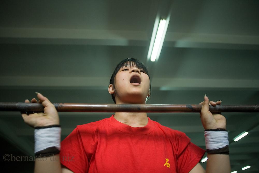 Atletas chinos se entrenan en el levantamiento de pesas en el Centro deportivo del pueblo de Shilong, que tiene una larga tradición de campeones de levantamientos de pesas. Shilong, China, May. 27, 2008. Photographer: Bernardo De Niz