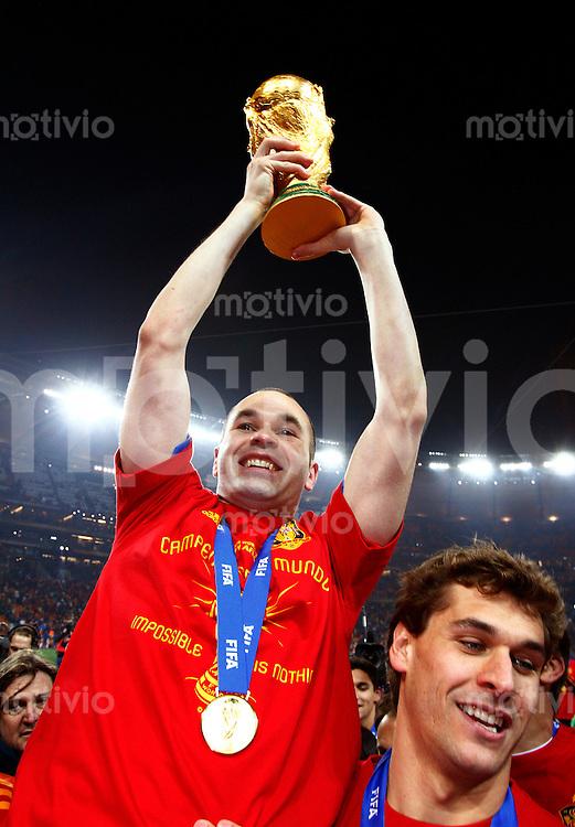 FUSSBALL WM 2010  FINALE   11.07.2010 Holland - Spanien Andres INIESTA (Spanien) jubelt mit dem WM Pokal