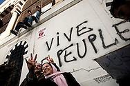 TUNISI. UNA COPPIA DI ADULTI POSA PER UNA FOTO DAVANTI ALLA SCRITTA VIVA LE PEUPLE IN PIAZZA DELLA KASBAH DIVENTATA CAMPO BASE DEI CITTADINI TUNISI;