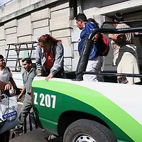 """Toluca, Mex.- Patrullas de Guadalajara, trasladan a miles de usuarios del tranporte publico que fueron afectados por el paro parcial que iniciaron los afiliados a la organizacion """"Alianza de Camioneros de Jalisco"""", quienes lograron el aumento al pasaje en 50 centavos. Agencia MVT / Claudia Lopez. (DIGITAL)<br /> <br /> <br /> <br /> <br /> <br /> <br /> <br /> NO ARCHIVAR - NO ARCHIVE"""