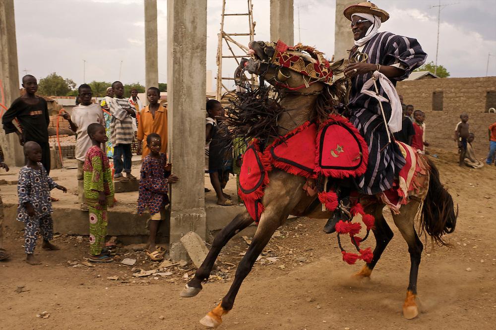 At the royal palace of Djougou. Ali, the secretary of Fourdounga - chief of the Peul tribe of Djougou.<br />  <br /> Devant le palais royal de Djougou. Ali, le secr&eacute;taire du roi des peuls de Djougou et son cheval.