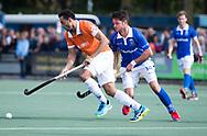 UTRECHT - Glenn Schuurman (Bldaal) met Robbert Kemperman (Kampong)    tijdens de hockey hoofdklasse competitiewedstrijd heren:  Kampong-Bloemendaal (3-3).    COPYRIGHT KOEN SUYK