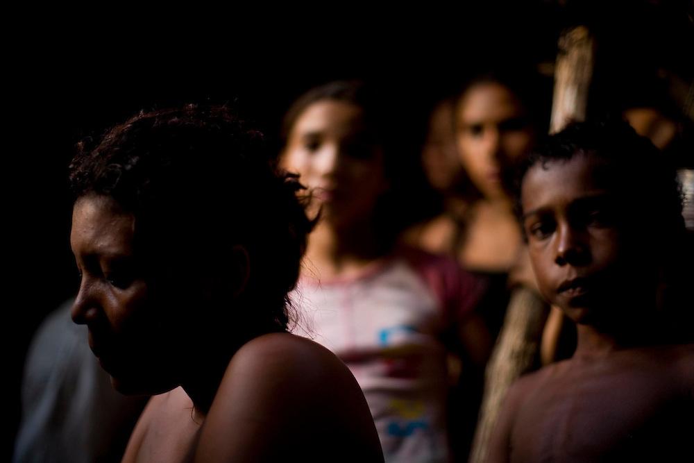 Itapecuru-Mirim, 30 de Maio de 2008...Moradores da comunidade de Santa Rosa, municipio de Itapecuru-Mirim (MA) abrem uma vala na BR 135 KM 89, unico acesso a capital Sao Luis, em protesto contra o atropelamento, momentos antes, da garota Cluadiane Cabral Sales (10 anos). Ela foi atropelada as 16:00 ao sair da escola, e o motorista fugiu sem prestar socorro...Na foto, a tia da garota, Joelma Nacimento Sales, 21 anos. ..Leo Drumond / Agencia Nitro