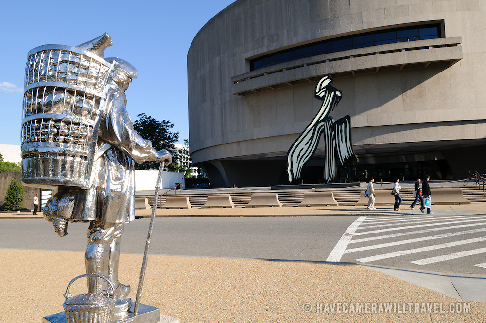 Hirshhorn Gallery and Sculpture Garden of the Smithsonian Institution. The chrome sculpture is titled Kiepenkerl (1987) by Jeff Koons.