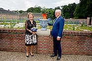 Prinses Margriet en prof.mr. Pieter van Vollenhoven verrichten in de tuinen van museum Paleis Het Lo