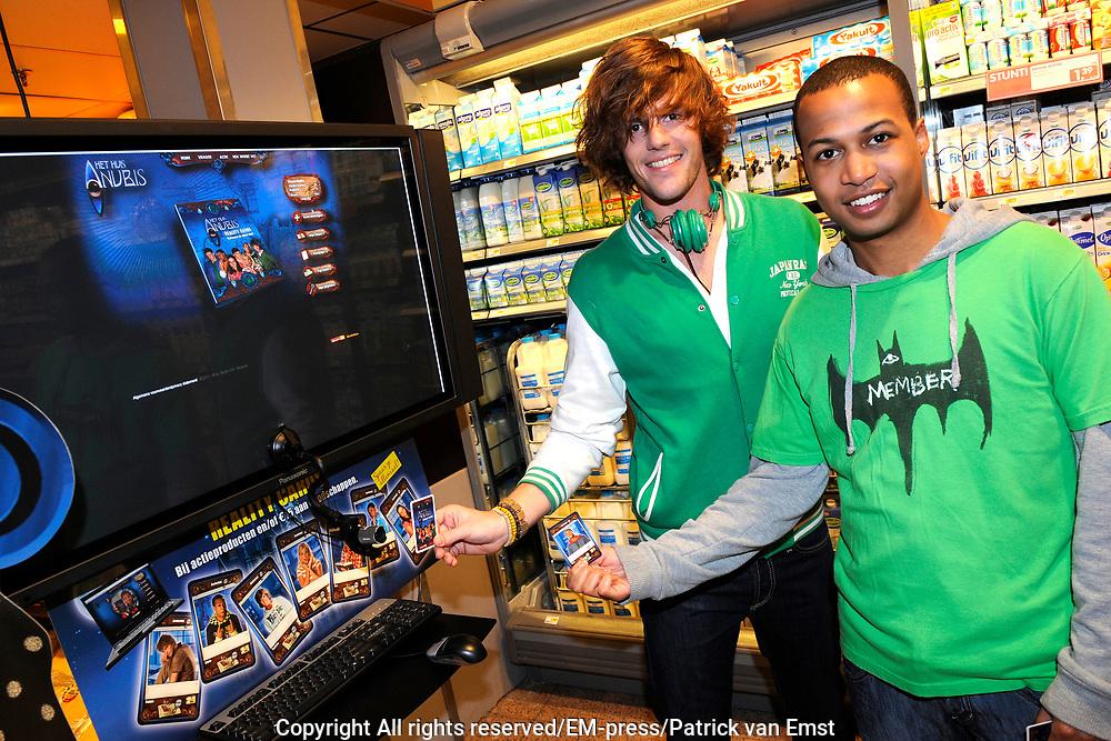 Lancering Anubis Reality Cards in de EM-TE Supermarkt in Nieuwegein.<br /> <br /> Op de foto: Kevin Wekker en Roel Dirven