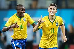 Ramires e Oscar comemoram gol do Brasil em partida contra Croácia, na abertura da Copa do Mundo 2014, na Arena Corinthians, em São Paulo. FOTO: Jefferson Bernardes/ Agência Preview