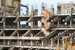 Obras de construção da Arena do Grêmio, localizada no bairro Humaitá, zona norte de Porto Alegre. De acordo com a Construtora OAS, responsável pelo empreendimento, o novo estádio tricolor será entregue em novembro deste ano e será utilizado como campo oficial de treino durante a Copa do Mundo de 2014. FOTO: Lucas Uebel/Preview.com
