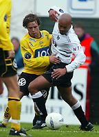 Fotball, 21. april 2002. Tippeligaen, Sogndal v  Start. Fosshaugane. Kristofer Hæstad, Start, mot Robbie Russell, Sogndal.