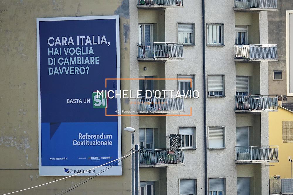 Grande Affissione per SI al referendum costituzionale, su facciata di un edificio di Torino