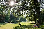 Menschen auf Wiese, Nerotal, Wiesbaden, Hessen, Deutschland | Nerotal gardens, Wiesbaden, Hesse, Germany