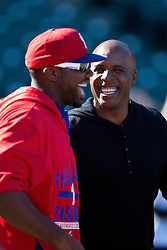 SAN FRANCISCO, CA - JULY 10:  Former Major League Baseball player Barry Bonds talks to Ryan Howard #6 of the Philadelphia Phillies during batting practice before the game against the San Francisco Giants at AT&T Park on July 10, 2015 in San Francisco, California.  The San Francisco Giants defeated the Philadelphia Phillies 15-2. (Photo by Jason O. Watson/Getty Images) *** Local Caption *** Barry Bonds; Ryan Howard