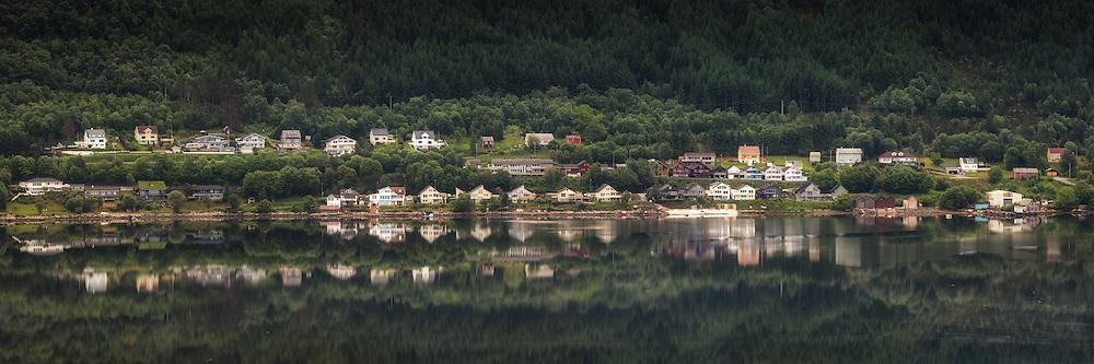 Morningreflection nearby Ulsteinvik, Norway | Morgenspegling ved Strandabø, Ulsteinvik