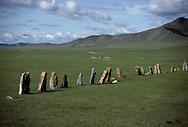 Mongolia. Turkish tombs        / 56. Alignement de pierres tombales turques (VI-VIIIème siècle). /  / Bien avant les Mongols, les Turcs ont frequente les steppes d'Asie septentrionale. Temoins, ces gros blocs monolithiques, appeles aussi  - pierres-balbals - , sortes de pierres tombales sans tombe ou de memorial qui rappelle qu'un combat mortel eu lieu ici,dans cette vaste plaine au pied de la montagne DARQAN. (DARQAN UUL, dans l'aymag de ARQANGAY / /15    L920723b  /  P0002620
