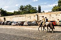 Homens à cavalo na cidade. Pomerode, Santa Catarina, Brasil. / Men riding horses in the city. Pomerode, Santa Catarina, Brazil.