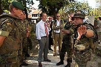 24 AUG 2004, PRIZREN/KOSOVO:<br /> Franz Muentefering (M), SPD Partei- und Fraktionsvorsitzender, laesst sich von Bundeswehrsoldaten die Lage vor Ort erklaeren, waehrend einem Rundgang durch die Innenstadt von Prizren, im Rahmen des Besuchs des Deutschen Einsatzkontingents der Kosovo Force, KFOR<br /> IMAGE: 20040824-01-072<br /> KEYWORDS: Franz Müntefering, Soldat, Soldaten