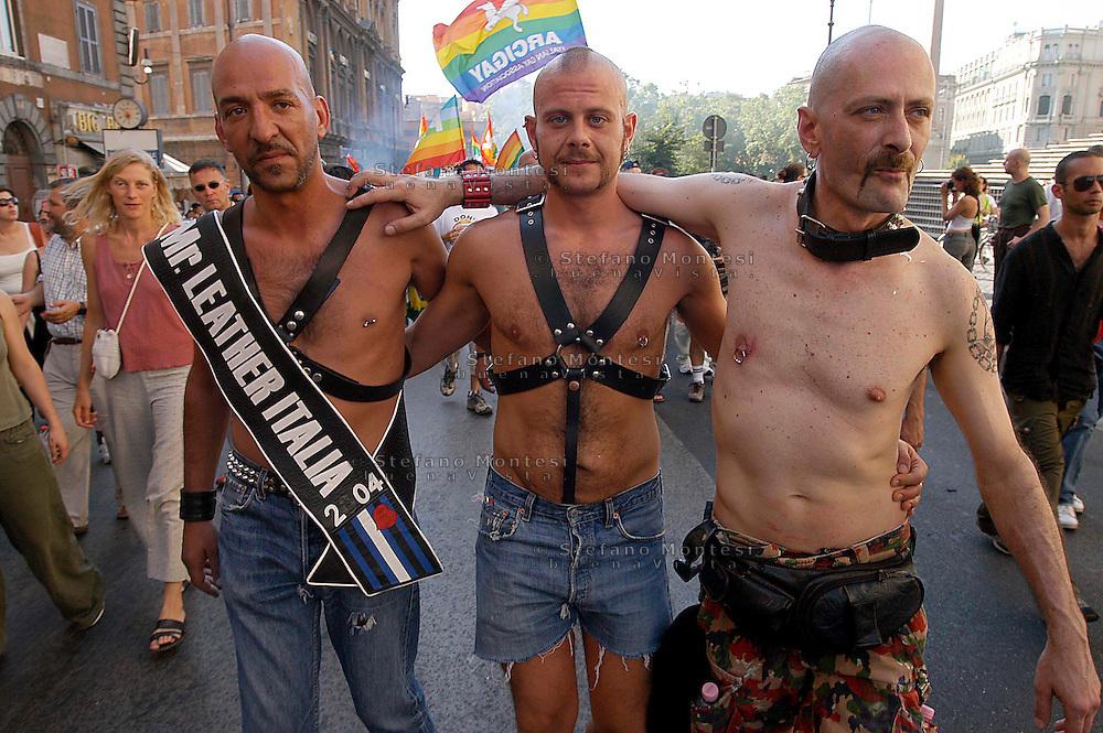 ROMA    3 LUGLIO 2004  .LA SFILATA DEL GAY PRIDE,ORGOGLIO OMOSSESSUALE  PER LE VIE DELLA CITTA.